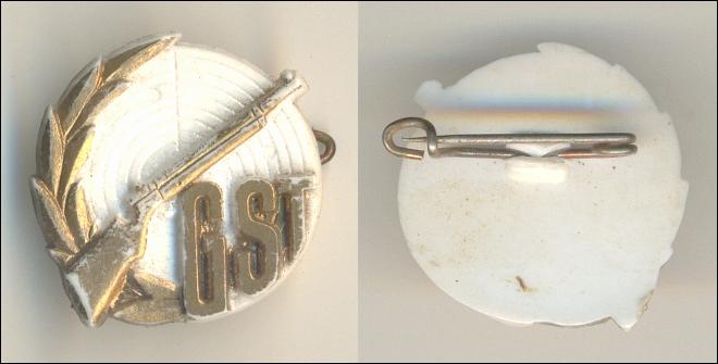 Abzeichen: GST; Schießscheibe, Gewehr, Lorbeer PLASTE - 10,00 Eur